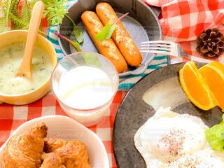 食べ物,食事,食卓,朝食,テーブル,野菜,皿,目玉焼き,サラダ,たくさん,料理,クロワッサン,ソーセージ,晩ご飯,おうちご飯,ボリューム,ボウル,付け合わせ,ジョンソンヴィル