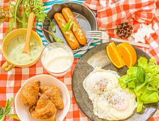 食べ物,食事,食卓,朝食,オレンジ,テーブル,野菜,皿,目玉焼き,サラダ,たくさん,料理,クロワッサン,ソーセージ,晩ご飯,おうちご飯,ボリューム,ボウル,付け合わせ,ジョンソンヴィル
