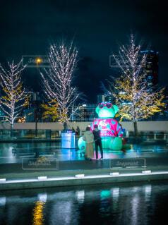 建物,カップル,水,ライトアップ,クリスマス,歩道,イルミ,グランフロント,待ち合わせ,グランフロント大阪,シャンパンゴールド,Grand Wish Christmas 2020,Winter Voyage Tree,「Winter Voyage -世界を繋ぐ希望の旅-」