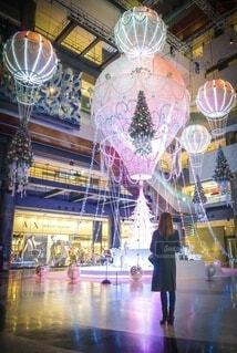 女性,建物,屋内,気球,女子,ライトアップ,クリスマス,明るい,イルミ,グランフロント,グランフロント大阪,クリスマス ツリー,グランフロントクリスマス,Grand Wish Christmas 2020,Winter Voyage Tree,「Winter Voyage -世界を繋ぐ希望の旅-」