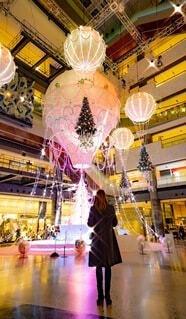 女性,建物,屋内,気球,女子,床,ライトアップ,クリスマス,明るい,イルミ,グランフロント,ホール,プラザ,グランフロント大阪,クリスマス ツリー,グランフロントクリスマス,Grand Wish Christmas 2020,Winter Voyage Tree,「Winter Voyage -世界を繋ぐ希望の旅-」