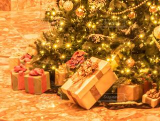 部屋の中のクリスマスツリーの写真・画像素材[3949682]