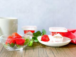 食べ物の皿とコーヒー1杯の写真・画像素材[3962251]