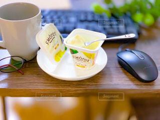 テーブルの上にコーヒーを一杯入れるの写真・画像素材[3965018]
