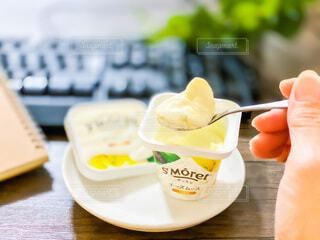テーブルの上の食べ物の皿のクローズアップの写真・画像素材[3965019]