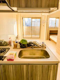 台所には、シンクと電子レンジが付いていますの写真・画像素材[4260051]