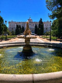 スペイン王宮と噴水の写真・画像素材[2110635]