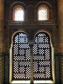 アルハンブラ宮殿内の格子戸の写真・画像素材[2477389]