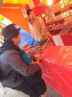 赤い傘を保持している女性の写真・画像素材[972193]