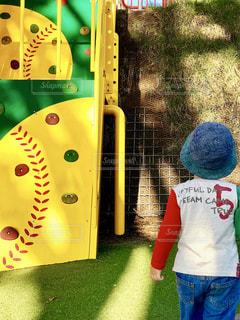 草の中に立っている小さな男の子の写真・画像素材[761823]