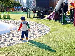 草の中に立っている小さな男の子の写真・画像素材[762005]