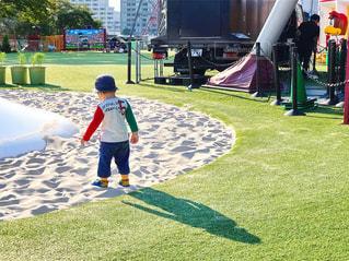 草の中に立っている小さな男の子の写真・画像素材[762007]