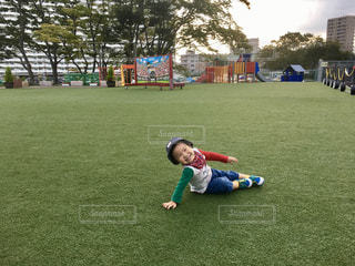 緑の野原で小さな男の子の写真・画像素材[762785]