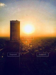 夕焼けと高層ビルの写真・画像素材[957678]