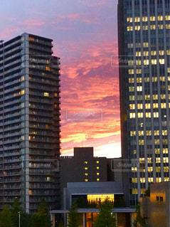高層ビルと夕焼けの写真・画像素材[957777]