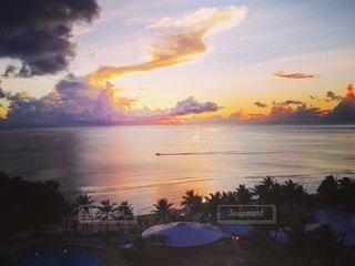 水の体に沈む夕日の写真・画像素材[960467]