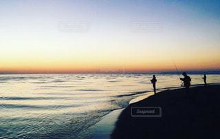 夕焼けと釣り人の写真・画像素材[1217861]