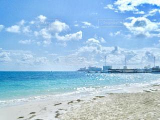 海の横にある砂浜のビーチの写真・画像素材[1219358]