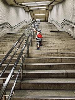 階段を登る子供の写真・画像素材[1261049]