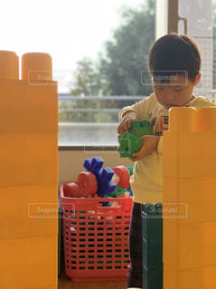 黄色いブロックと子供の写真・画像素材[1827886]