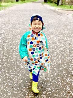 草の上に立っている小さな男の子の写真・画像素材[2168398]