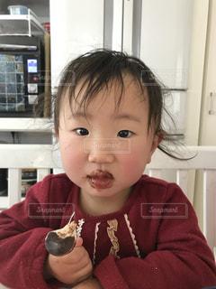 チョコを食べる小さな女の子 - No.1019103