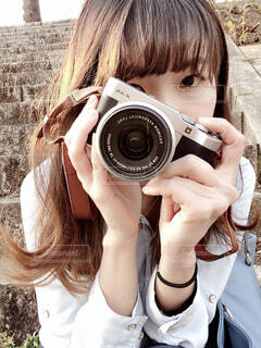 カメラを持ってる女性の写真・画像素材[3876170]