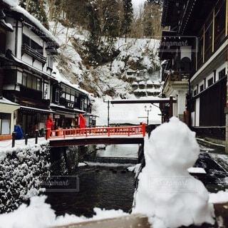 温泉街と雪だるまの写真・画像素材[4138609]