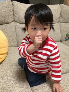 ソファに座っている小さな子供の写真・画像素材[1028531]