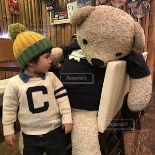 男の子,クマさん,クマのぬいぐるみ,熊と2ショット,大きいぬいぐるみ,男の子とぬいぐるみ,大きいクマさん
