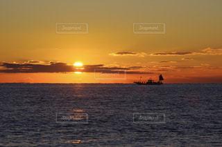 水の体に沈む夕日の写真・画像素材[973473]