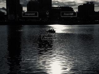 水面に映る夕陽の写真・画像素材[2646859]