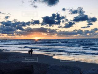 家族,2人,自然,海,空,屋外,太陽,砂,ビーチ,雲,砂浜,夕暮れ,波,水面,海岸,光,地中海,夕陽,イスラエル,テルアビブ,ヤッファ