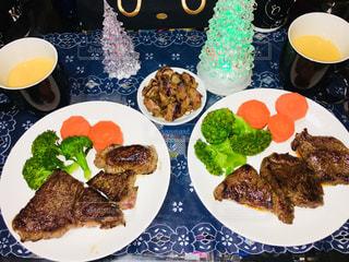 テーブルの上に食べ物のプレートの写真・画像素材[1073410]