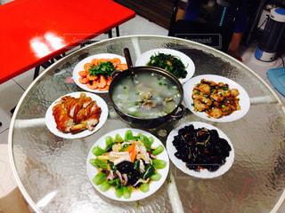 円卓で食べる家庭中華料理の写真・画像素材[804865]