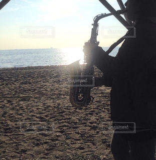 ビーチに立っている人の写真・画像素材[1276612]