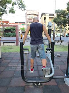 男性,公園,屋外,後ろ姿,一人,背中,後姿,台湾,40代,短パン,運動器具