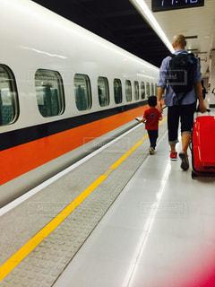 男性,家族,駅,親子,後ろ姿,室内,子供,背中,後姿,旅行,トランク,台湾,リュック,帰省,40代,台湾新幹線