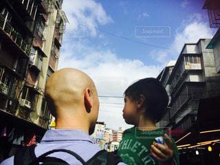 男性,家族,建物,屋外,親子,青空,後ろ姿,子供,背中,後姿,台湾,抱っこ,スキンヘッド