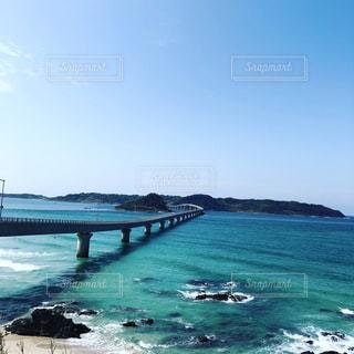 水の体の上の橋の写真・画像素材[1113993]