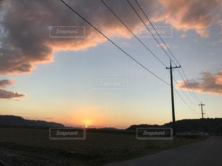 水の体に沈む夕日の写真・画像素材[960995]