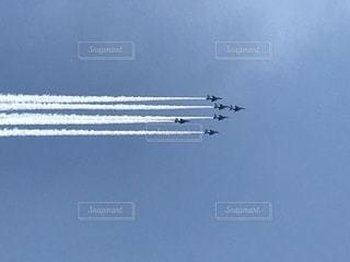 空を飛んでいる飛行機の写真・画像素材[1130013]