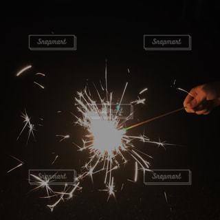 夏,夜,花火,子供,手持ち,幼児,風物詩,8月,7月,手持ち花火,夏の思い出,handheld fireworks