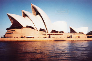 水の体の横に座っている白いボートの写真・画像素材[804203]