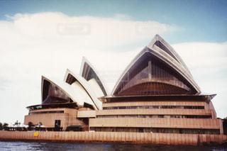 建物の前に水の大きいボディの写真・画像素材[804206]