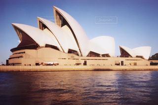 水の体の横に座っている白いボートの写真・画像素材[804846]