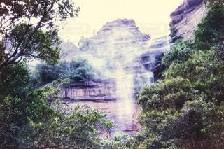 森の中の大きな滝の写真・画像素材[809960]