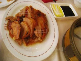 テーブルの上に食べ物のプレートの写真・画像素材[921810]