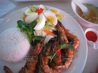 テーブルの上に食べ物のプレートの写真・画像素材[923179]