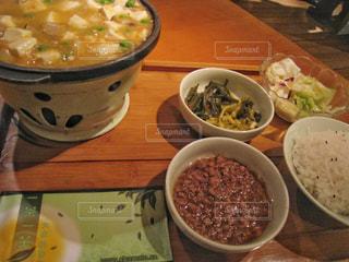 テーブルにあるスープのボウル - No.923254